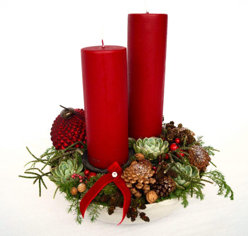 juledekoration firma med røde bloklys