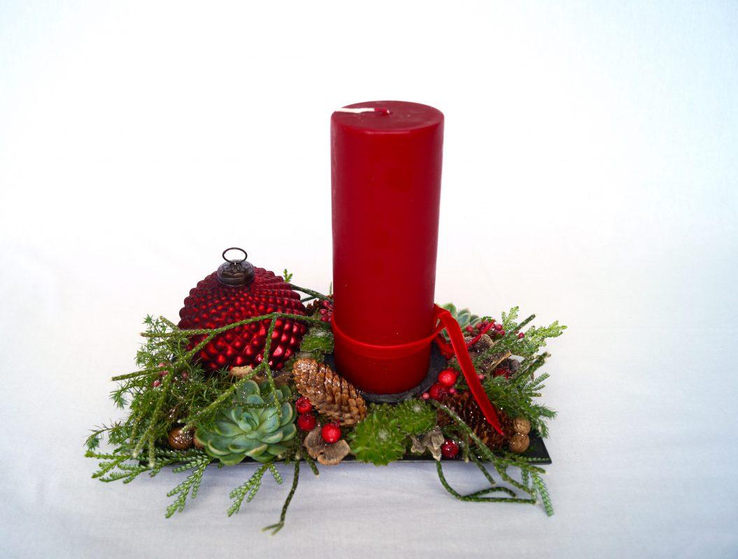juledekoration med kugler og bloklys