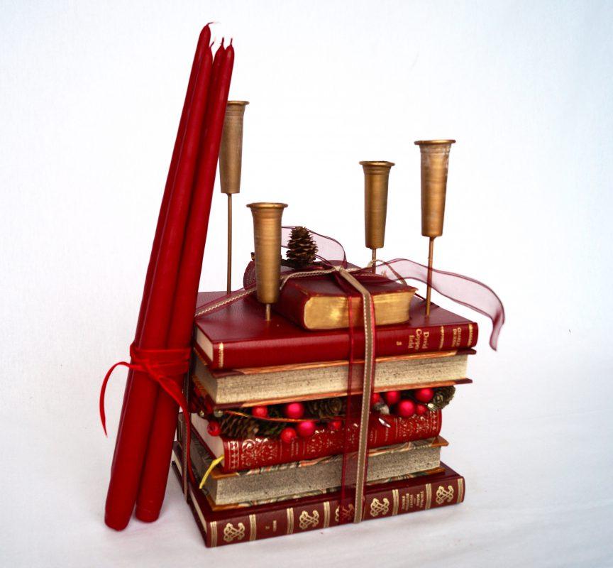 juledekoration med bøger og stagelys