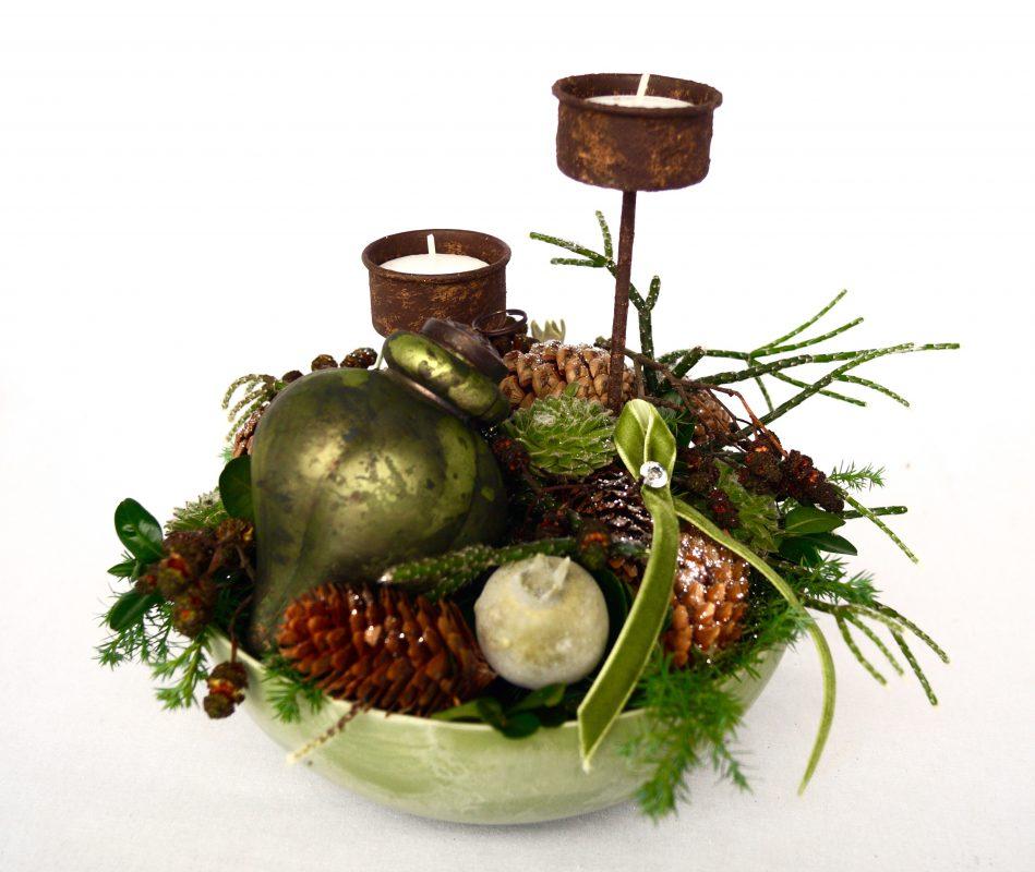 juledekoration med fyrfadslys og kugle